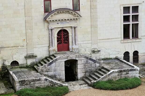 Один из входов в подземные помещения замка Брезе