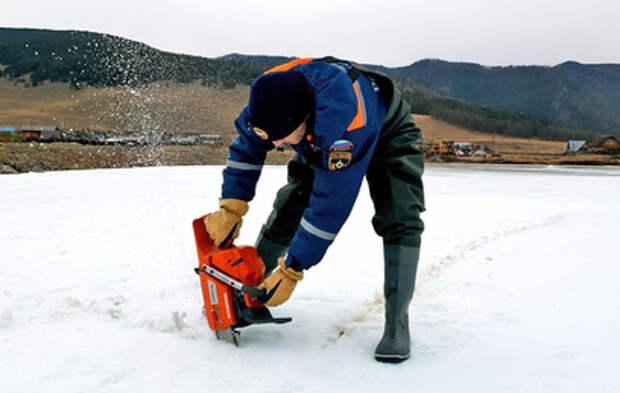 Сотрудники МЧС пилят лёд, чтобы спасти посёлки под Иркутском от затопления