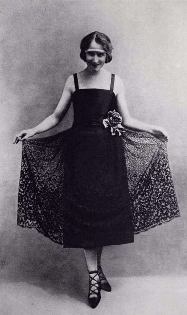 Прозрачная юбка поверх платья дополняет образ девушки с вечеринки.