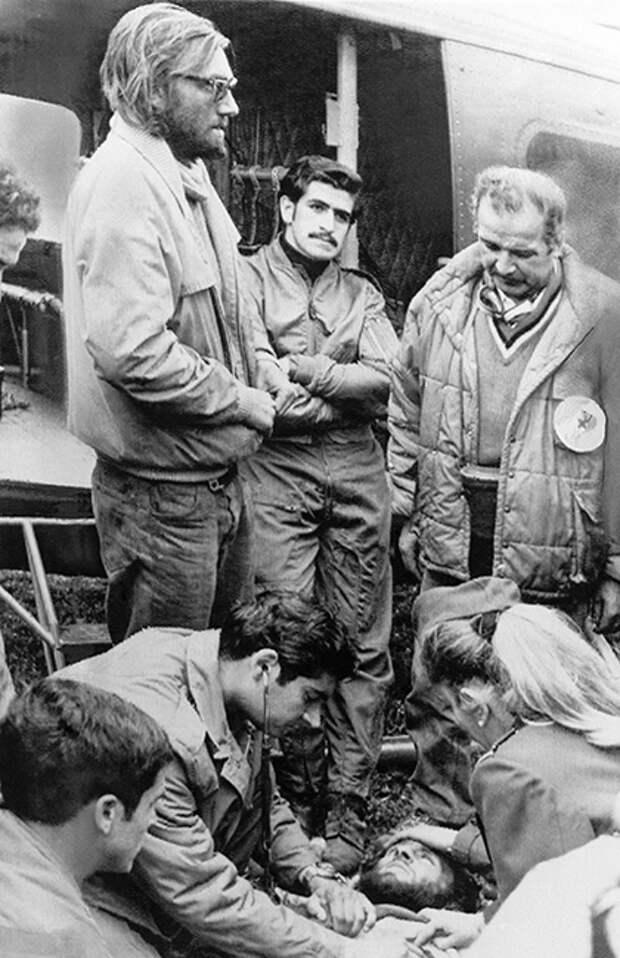 Чилийские медики осматривают Нандо Паррадо после спасения. Слева в очках — Роберто Канесса, еще один уцелевший пассажир разбившегося самолета