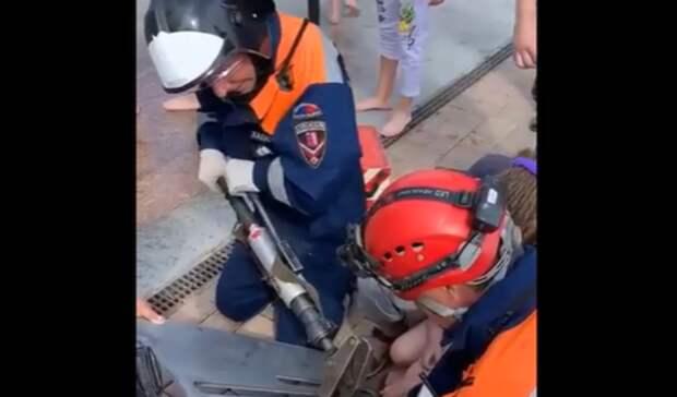 Девочка 2,5 лет провалилась врешетку фонтана впарке Левобережном вРостове-на-Дону