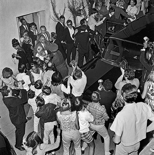 23 августа 1964г. Музыканты  The Beatles пытаются в машине добраться до места проведения концерта.