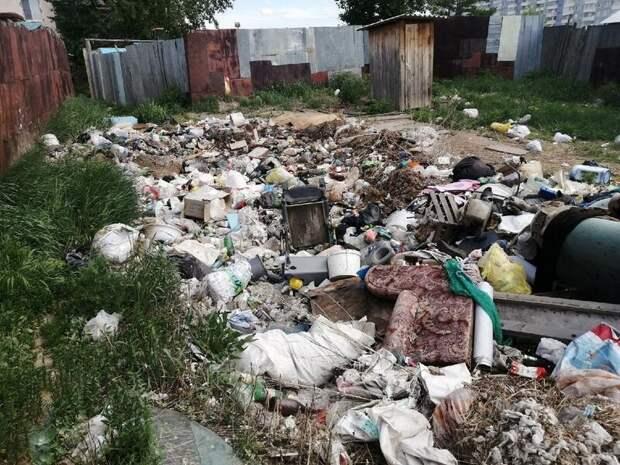 Выгребная яма превратилась в свалку напротив аварийного дома в Чите