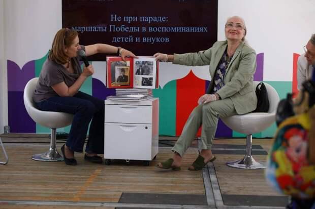 Уникальные фотоальбомы о жизни маршалов Победы на фестивале «Красная площадь» представили их потомки
