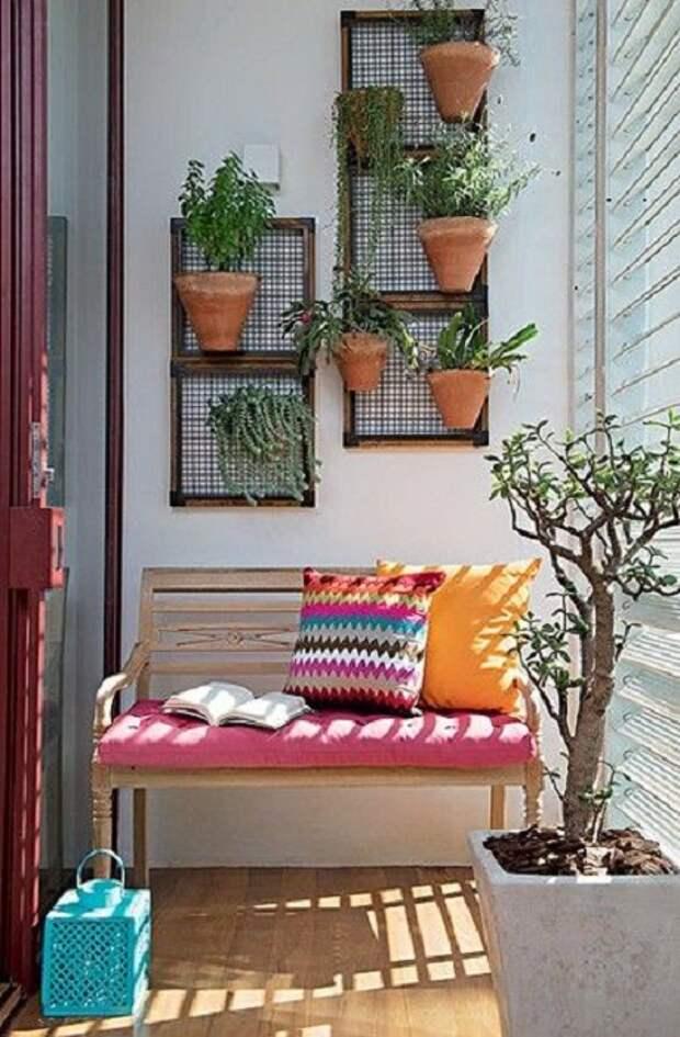 Хороший вариант обустроить балкон и обставить его при помощи горшков с цветами.