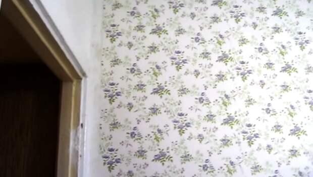 На свободные стены наклеили цветочные обои. | Фото: youtube.com.