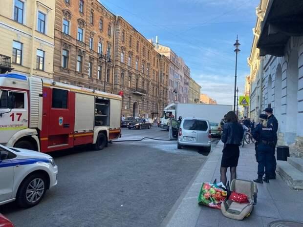 У Дворцовой площади при парковке загорелась машина и привлекла зевак и полицию