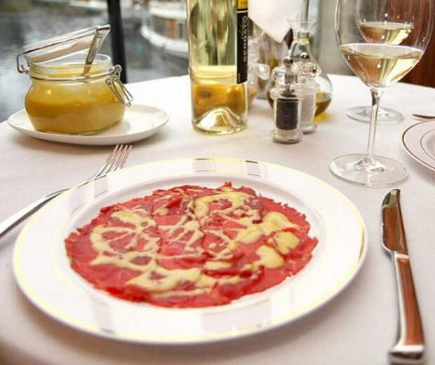 Карпаччо: как итальянский шеф-повар придумал легендарное блюдо