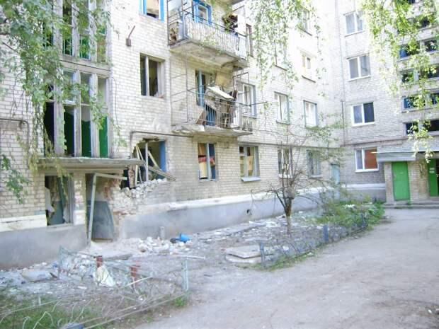 двор ул.Фрунзе,4 и ул.Фрунзе,6 (обстрел со стороны с.Краповка)