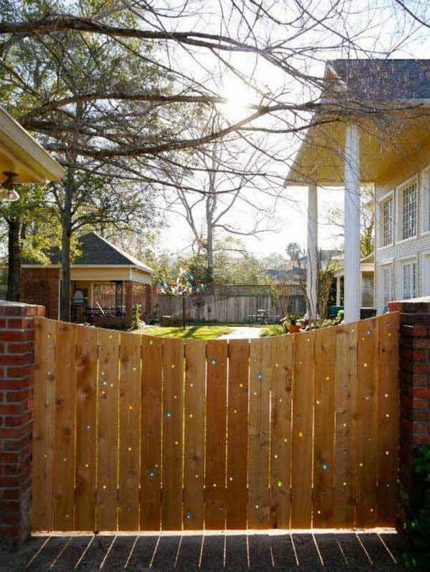 Деревянный забор с перфорацией.| Фото: DumpaDay.