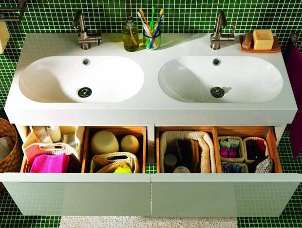 Коробки для организованного хранения в ванной.