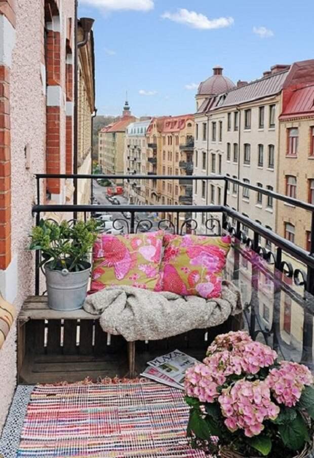 Отличный и симпатичный вариант создать хорошее настроение и укромную обстановку на балконе.