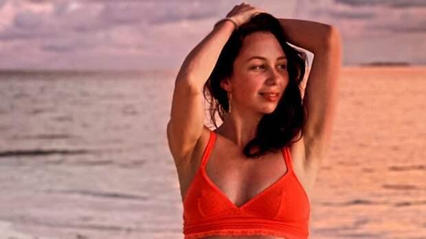 Красный купальник и сок: Туктамышева продолжает радовать подписчиков фото с отпуска