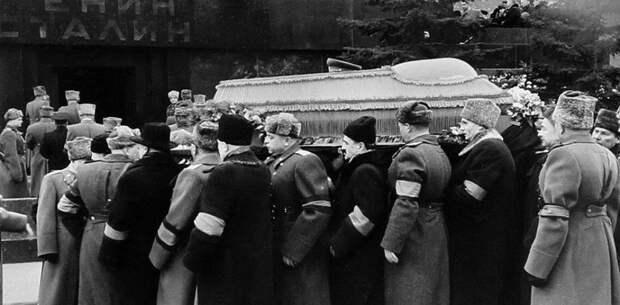 8 людей вспоминают, как они реагировали на смерть вождей СССР