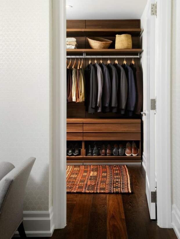 В оформлении гардеробной используйте практичные, немаркие материалы