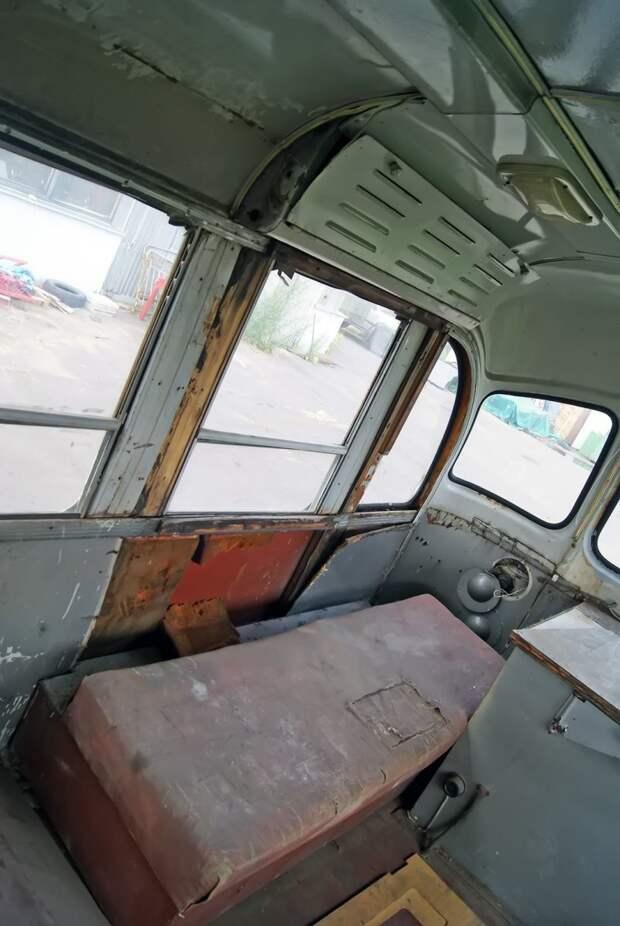 При заделке задней двери в НИИ не стали усложнять жизнь ни себе, ни людям: кожух с приводом автоматической складной двери остался на месте ЗИЛ-158В, авто, автобус, зил, лиаз, олдтаймер, реставрация, рето автобус