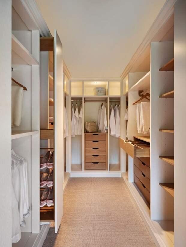 Откажитесь от дверей на шкафах в пользу раздвижных или выдвижных конструкций