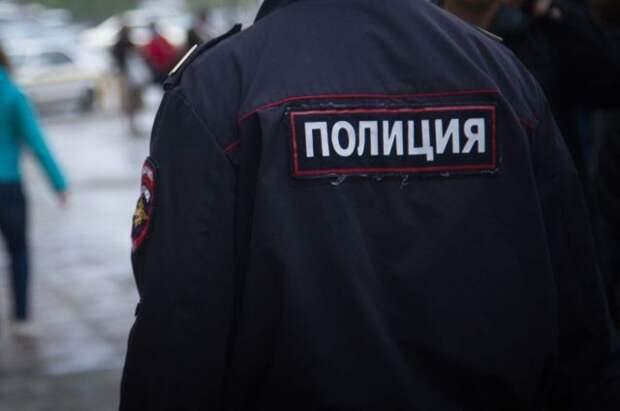 Участковый задержал вооруженного мужчину в торговом центре в Москве
