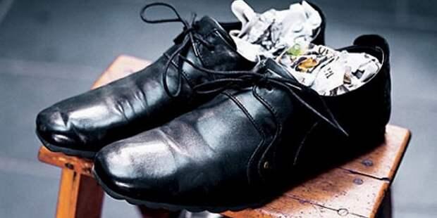Как растянуть обувь с помощью газет