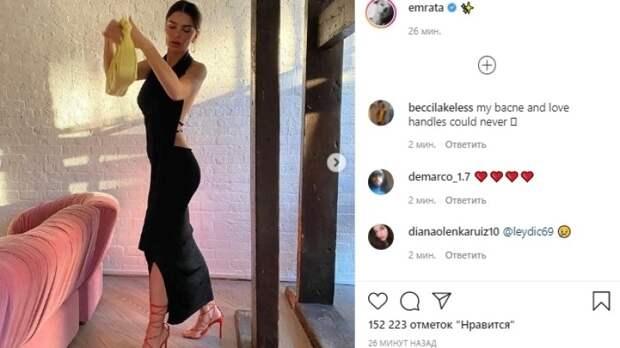Эмили Ратаковски похвасталась фигурой в черном платье с открытой спиной