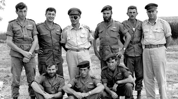 Операция «Энтеббе» Спецподразделение «Сайерет Маткаль» Дата: 4 июля 2008 годаПотери: 4 заложника, 1 коммандосПотери противника: 4 угонщика, 45 угандийских солдат В июне 1976 года палестинцы из Народного фронта освобождения Палестины (НФОП) угнали AirFrance Flight 139, следующий рейсом Тель-Авив — Париж. Террористы посадили лайнер в Уганде, находившейся под контролем знаменитого диктатора Иди Амин Дада. При поддержке войск Амина угонщики заперли заложников в терминале Энтеббе. Диктатор появлялся в аэропорту ежедневно, обещая пассажирам скорейшее освобождение. В конце-концов боевики отпустили всех заложников, кроме евреев. Поняв, что дипломатия не приведет к разрешению конфликта, Израиль направил в Энтеббе бойцов Сайерет Маткаль. В результате штурма погибло трое заложников, а на пути из терминала к самолету группу атаковали угандийские солдаты, не разобравшиеся в ситуации. 45 угандийцев боя не пережили, со стороны Израиля погиб только лидер группы, Йони Нетаньяху.
