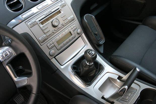 Как оставлять на стоянке автомобиль с МКПП: на «передаче» или на «нейтралке»