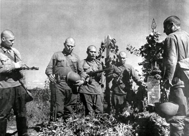 Советские солдаты на могиле боевого товарища. Лето 1942 года