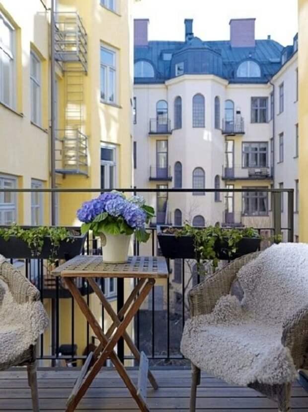 Отменное настроение создано на балконе и преображает его просто в сказочную обстановку.
