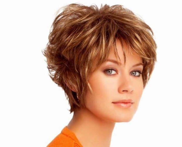 стрижка перьями на женщине с короткими волосами