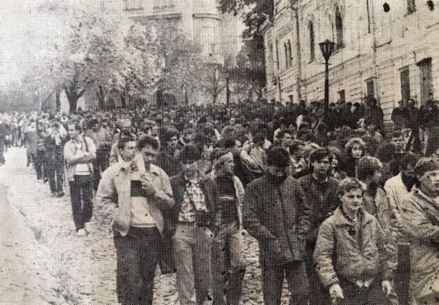Участники установления креста богдановцам на Замковой горе спускаются по Андреевскому спуску