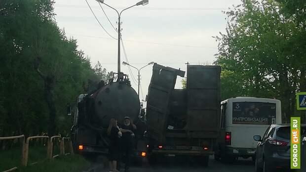 В Череповце из-за пешехода автоцистерна врезалась в ломовоз