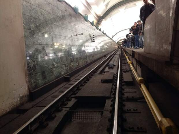 Человек упал на рельсы на станции Арбатско-Покровской линии