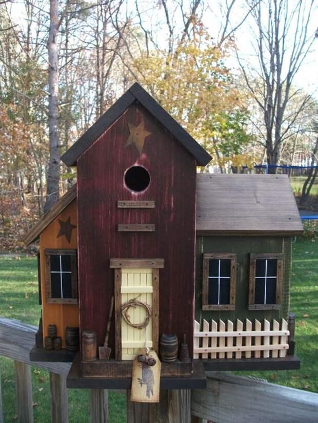 Добротный деревянный птичий домик