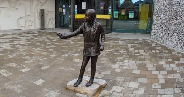Бронзовую скульптуру Греты Тунберг установили в британском Винчестере
