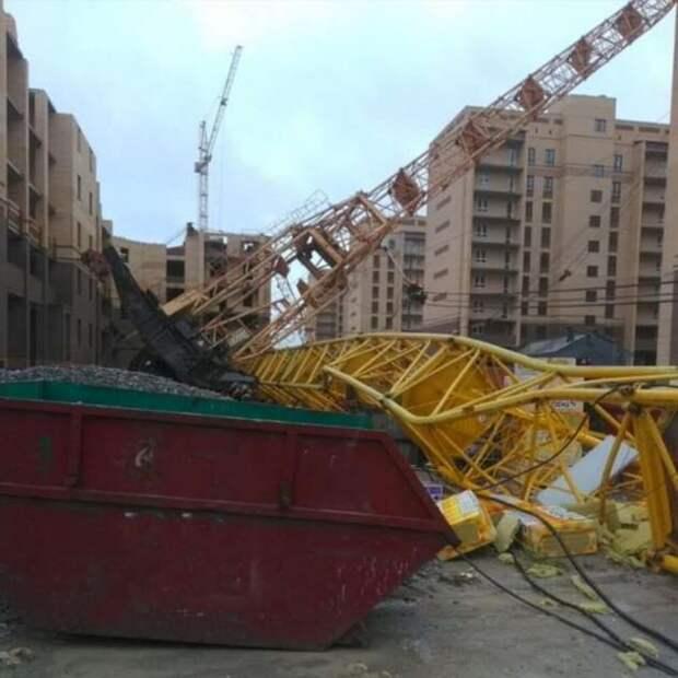 В Тюмени из-за сильного ветра упали два башенных крана (4 фото + 1 видео)