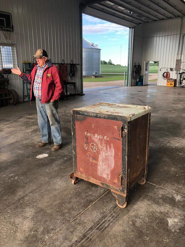 «Получишь приз, если сможешь открыть»: фермер нашел на своем поле сейф со странной запиской