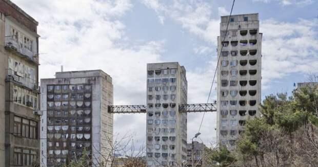 Зачем в Тбилиси между тремя советскими панельными домами построены мосты