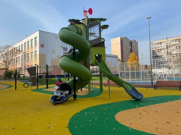В 2021 году в ВАО благоустроили более 70 территорий школ и детских садов