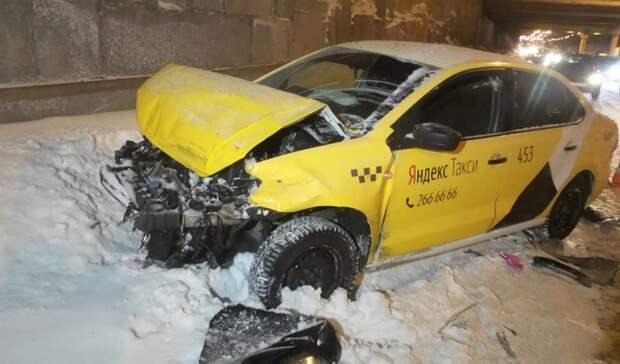 ВЕкатеринбурге водитель такси устроил ДТП ипопытался сбежать