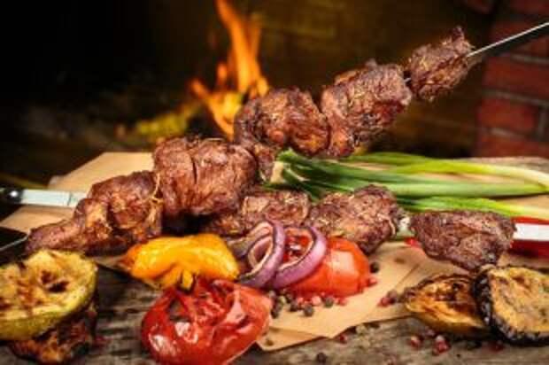 Мясо, угли, майонез. 4 способа приготовить шашлык с любимым соусом