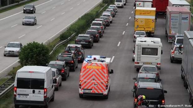 Полиция Германии оштрафовала на 23 тысячи евро не создавших спасательный коридор водителей Полиция, Германия, Дорожная пробка, Штраф