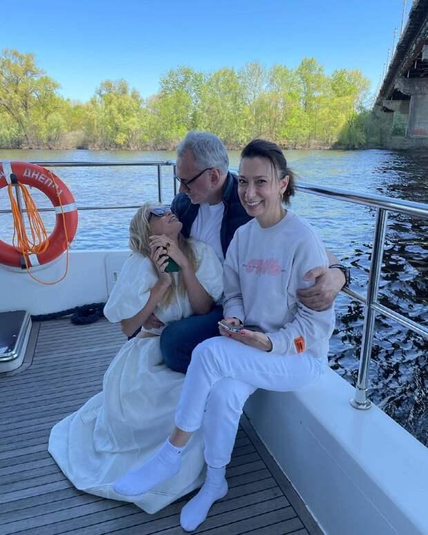 Какие милые! Вера Брежнева опубликовала редкое фото в объятиях мужа