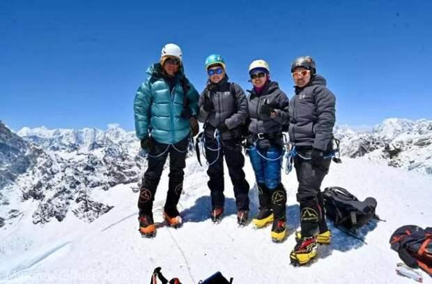 Три сестры из Непала сумели покорить Эверест