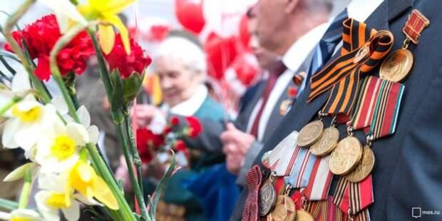 Москвичи и гости столицы подписали открытки для ветеранов в парке «Музеон». Фото: mos.ru