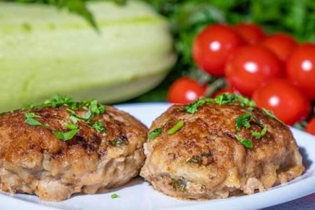 Фото к рецепту: Котлеты из смешанного мясного фарша с кабачком