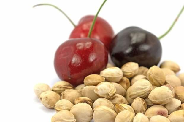 В вишневых косточках содержится вещество, которое преобразуется в цианид.