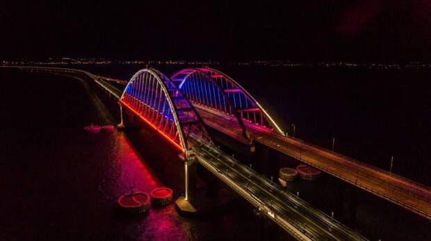 Крымский мост окрасился в цвета российского триколора