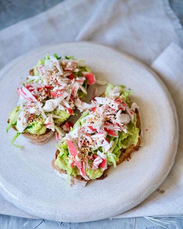 Для отличного перекуса: готовим бутерброды с крабовыми палочкам и авокадо