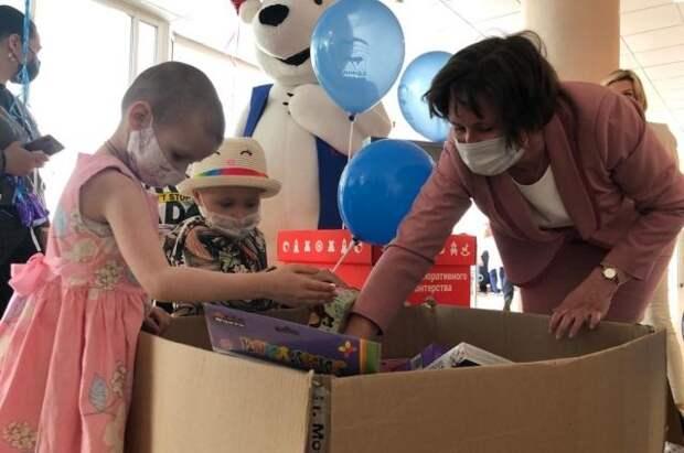 Разворотнева передала подарки детям в онкологическом центре имени Блохина