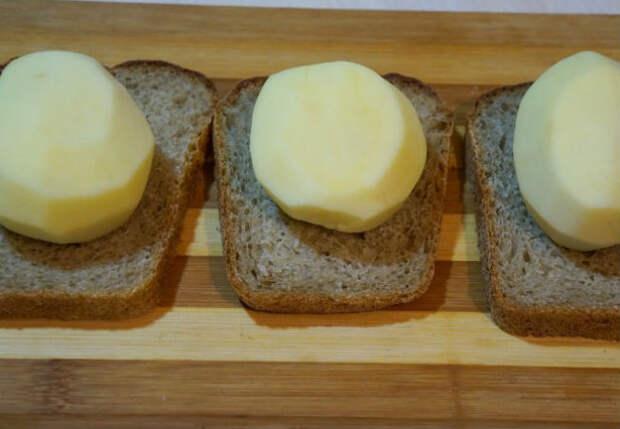 Кладем картошку прямо на хлеб и жарим вместо пирожков